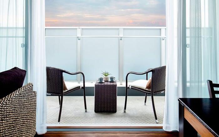 テーブル バルコニー ベランダ、バルコニー、テラスの家具配置とレイアウト例~狭い・広い・眺望の良い・自然を感じる~