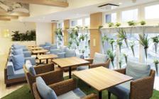 海の様な爽やかさと清閑さが同居するリゾート風レストランのインテリア実例