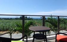 爽やかな沖縄の海を眺めるくつろぎの民泊施設インテリア実例:画像1