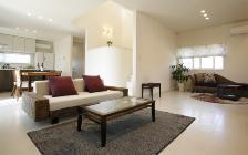 No.56 モデルルームの広いリビングに贅沢にレイアウトされたソファが魅力的なアジアンインテリア:画像1