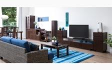 収納家具が映えるシーサイドブルーでコーディネートされた爽やかなリビングルーム
