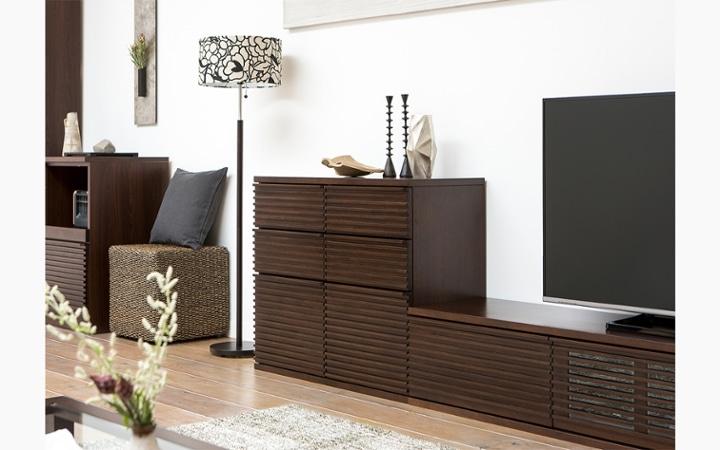 ルーバーデザインの収納家具をメインにレイアウトしたこだわりのリビングルーム:画像3