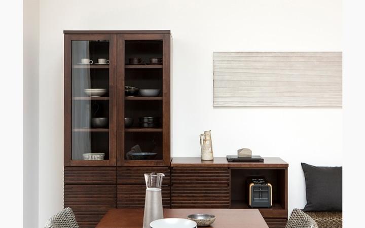 ルーバーデザインの収納家具をメインにレイアウトしたこだわりのリビングルーム:画像5