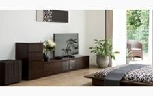 ルーバーデザインのテレビボードをメインに収納家具をレイアウトしたこだわりのリビングルーム