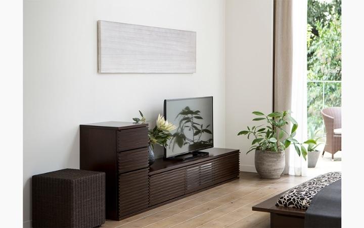 ルーバーデザインの収納家具をメインにレイアウトしたこだわりのリビングルーム:画像10