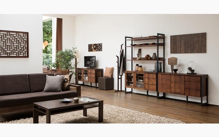 無垢材とアイアン素材が調和した収納家具が映えるインテリア空間:画像1