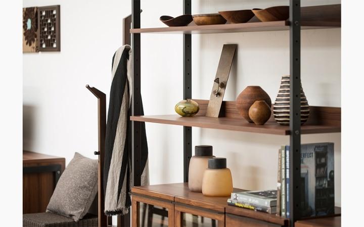 無垢材とアイアン素材が調和した収納家具が映えるインテリア空間:画像4