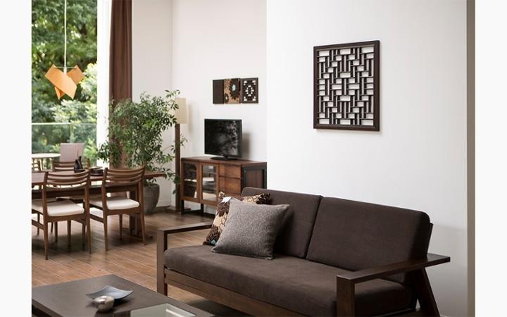 無垢材とアイアン素材が調和した収納家具が映えるインテリア空間:画像2