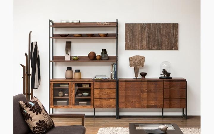 無垢材とアイアン素材が調和した収納家具が映えるインテリア空間:画像3