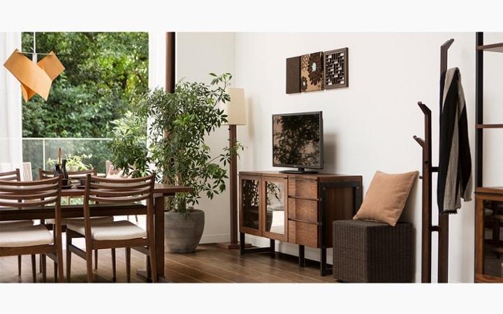 無垢材とアイアン素材が調和した収納家具が映えるインテリア空間:画像5