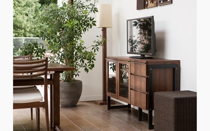無垢材とアイアン素材が調和した収納家具が映えるインテリア空間:画像6