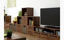 無垢材の収納家具とグリーンが調和した癒しのインテリアコーディネート