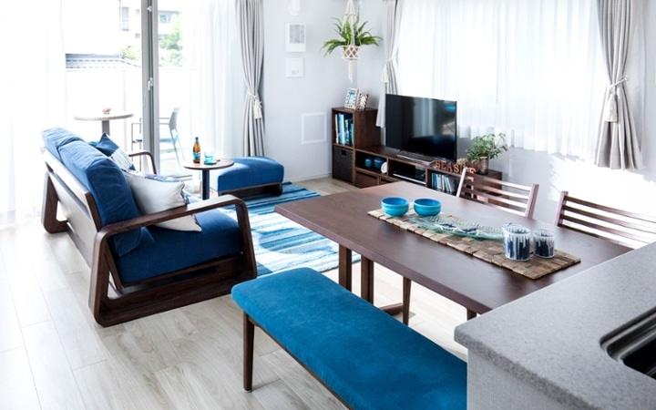 No.127 ブルーが映えるビーチスタイルの西海岸風インテリア ~海のようなリゾート空間をマンションで実現~:画像1