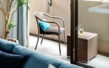 No.185 ブラウンの床を活かすラタン素材の家具と爽やかなブルーのインテリアコーディネート